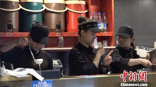 图为正在忙碌的咖啡店店员。张海雯 摄
