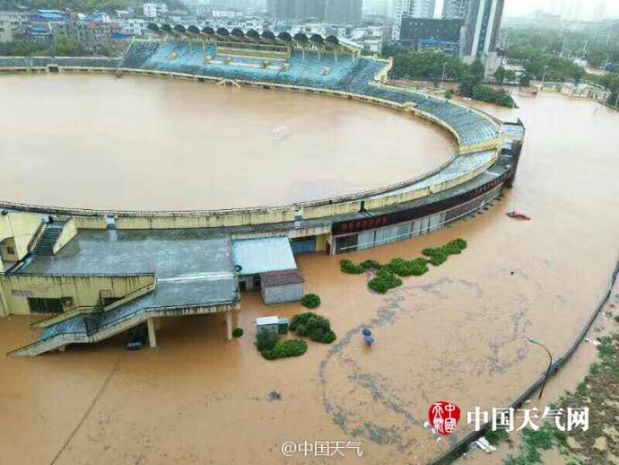 暴雨致湖北咸宁内涝 体育中心变露天泳池(组图)