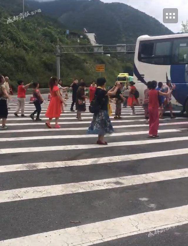 大妈高速跳广场舞