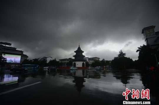 古城扬州遭强降雨乌云笼罩白昼如夜