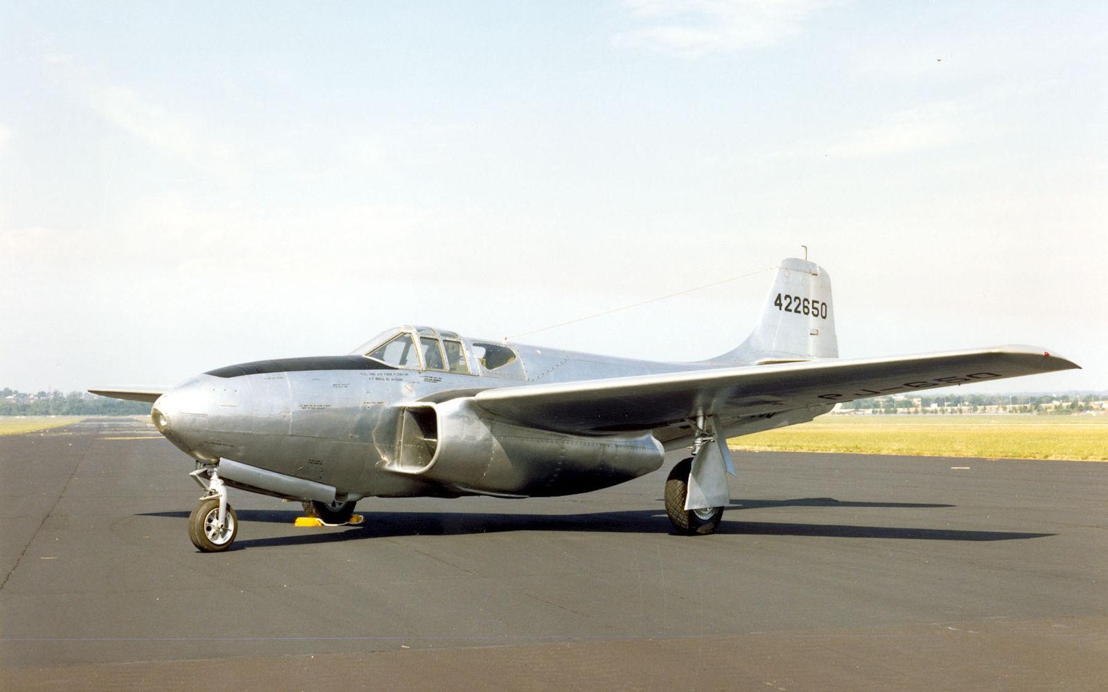 美国第一款喷气式飞机p-59战斗机