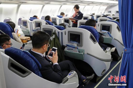 在东航MU5137航班上,旅客全程在飞行模式下可以使用手机。殷立勤 摄 一直未被证实的禁止理由 飞机禁令是什么时候开始的?据公开资料,最早提出手机禁令的是美国,在1960年代初有人报告说,有一架飞机因受到收音机干扰,偏离了正常航线。事关人命,不能掉以轻心。美国政府立即着手展开调查,由FAA和美国航空无线电技术委员会(RTCA)牵头,开始了长达半个世纪的研究。然而,在实验中却没有办法证明, 在飞机上使用电子装置会干扰飞机与地面的无线信号联系。 但是为了保险起见,1991年,由美国联邦通信委员会(FCC)