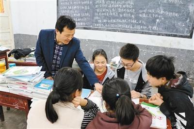 """致敬!乡村教师苦斗""""不死癌症"""" 十余年没耽误学生一节课"""