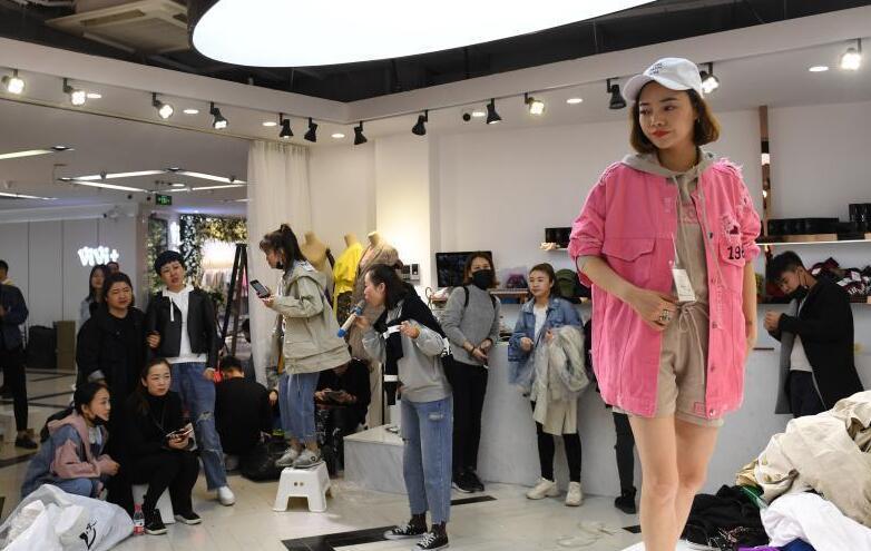 """杭州""""穿版模特""""为促销现场搭台试装"""