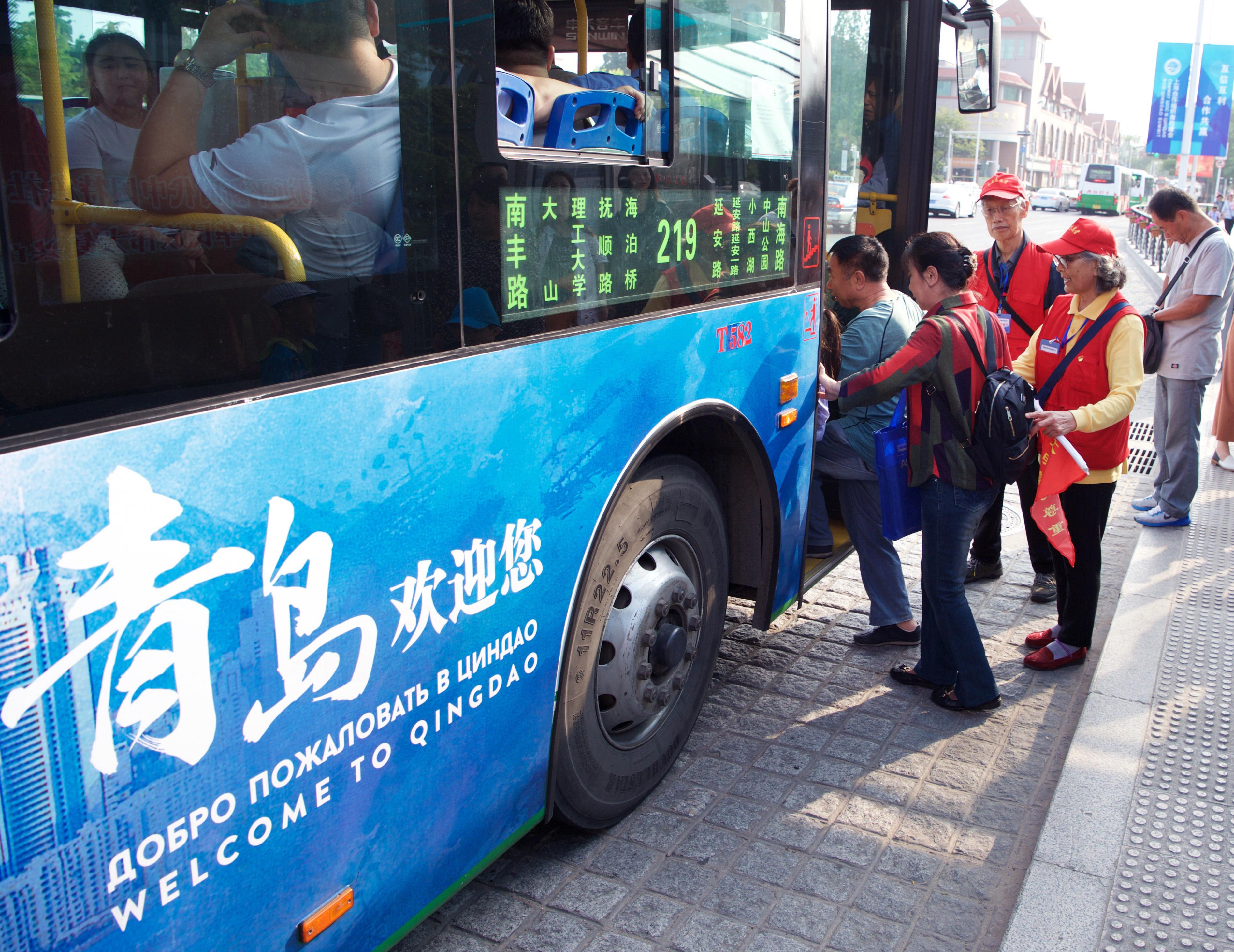 6月5日,姜士发(右三)和廉士芳在青岛文登路一公交站进行交通引导志愿服务。   上海合作组织青岛峰会日益临近。作为服务峰会的城市运行志愿者,家住青岛市北区延安路街道明霞路社区的姜士发、廉士芳夫妇比以往更加忙碌。发放《青岛市民文明礼仪手册》、引导交通、消防巡逻每天6小时的志愿服务让二老感到格外充实。   姜士发今年74岁,妻子廉士芳72岁,两位老人自退休后积极投身志愿服务和捐资助学等公益活动,已有十多年时间,是街坊邻居熟知的志愿者夫妻档。2008年,姜士发、廉士芳夫妇曾担任北京奥运会青岛奥帆赛城