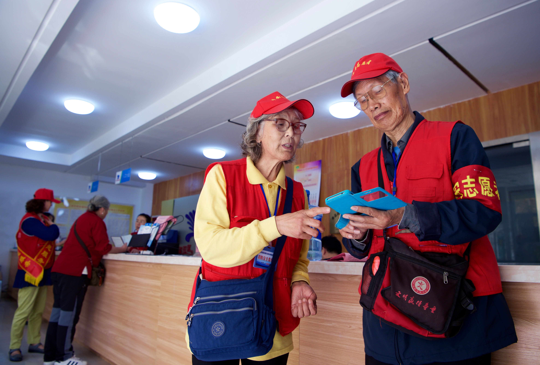 """从""""奥帆""""到""""上合"""":青岛夫妻十年志愿情"""