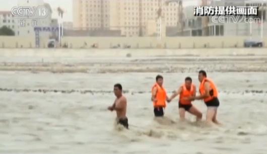 """新疆和田突发融雪性洪水 学生被困""""孤岛"""" 消防拉绳解救"""