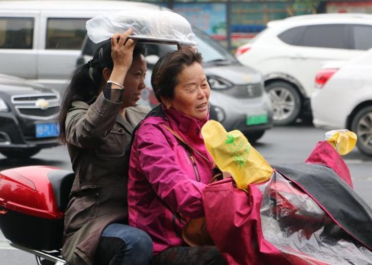 广西降温降雨 民众包裹严实出行