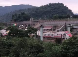 台湾一列车脱轨侧翻 乘客被困有多人受伤_时事要闻