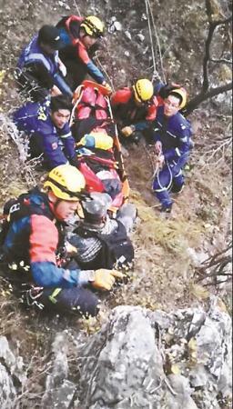 驴友爬野长城踩空 直升机悬崖救援,费用该谁担?_时事要闻