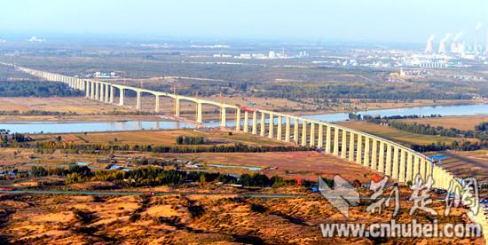 图4.四公司承建的全国最长墩梁刚性连接的连续梁铁路大桥呼准鄂铁路黄河特大桥.jpg