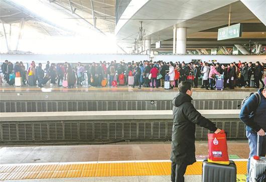 武铁迎来节后首波持续高峰客流 每天加开临客超过100对