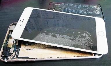 """iPhone再现爆炸门 辉煌过后苹果遭遇""""中年危机"""""""