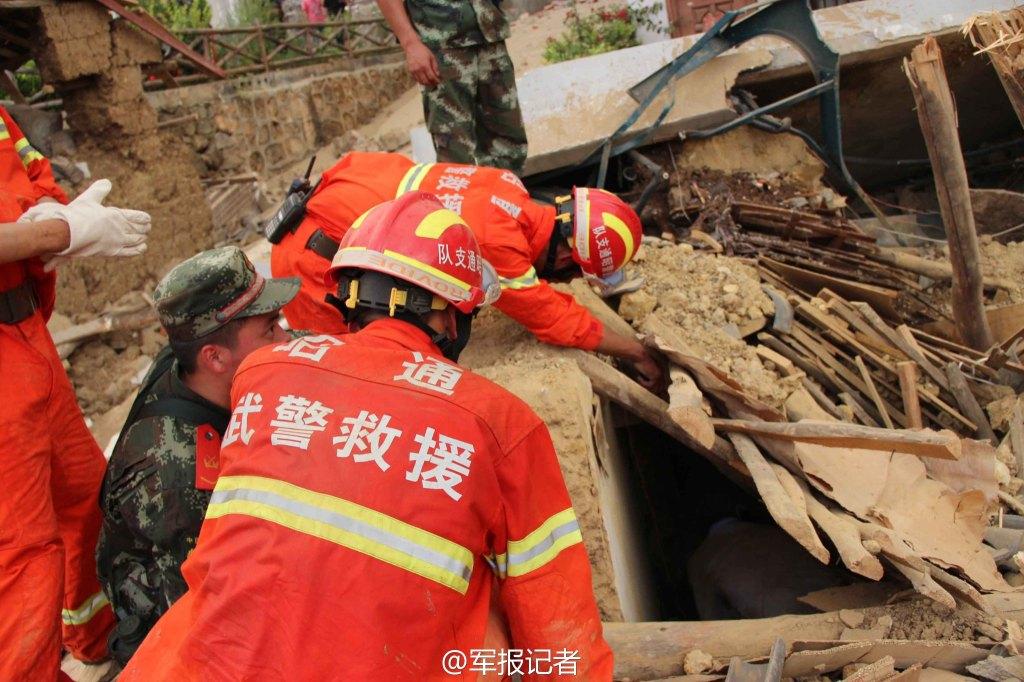 鲁甸抗震救灾一线中国人剪影