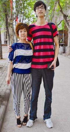 武汉科技大学/赵聪聪和妈妈在校园合影