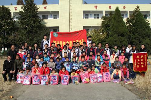 湖北省实验中学赴黄冈开展爱心捐赠活动(图)