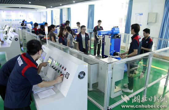 武汉职业技术学院机电工程学院工业机器人实训中心。记者安立 摄.jpg