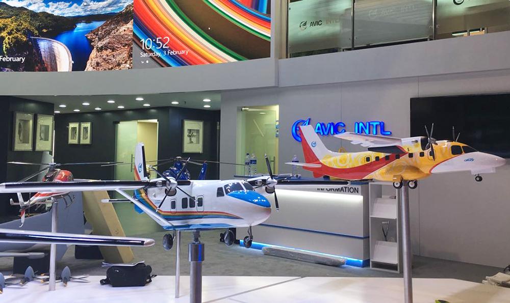 运12E(左)和运-12F飞机(右)1:10模型。摄影:陈阳