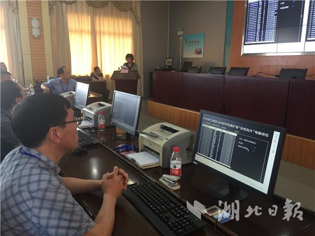 武汉举行首场公办初中电脑摇号 24日起可查结果
