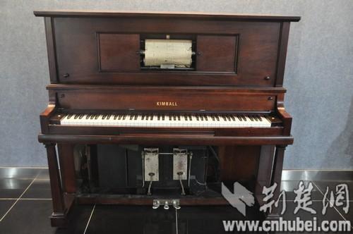 可以自动演奏的古钢琴图片
