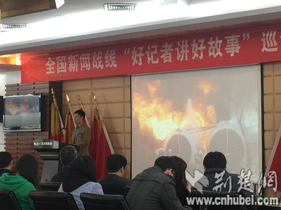 """雨中背影英文版"""" 在校园媒体担任见习记者的王鹏告诉记者"""