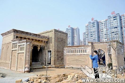 独具维族特色的建筑阿以旺,葡萄晾房和坎儿井都已似模似样了.