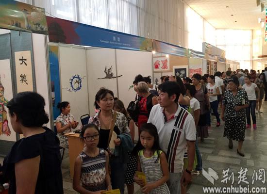 哈萨克斯坦民众参观展览.jpg