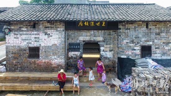 祖屋坐东朝西,砖木结构,一进两重,占地面积约150平方米,是王世杰的