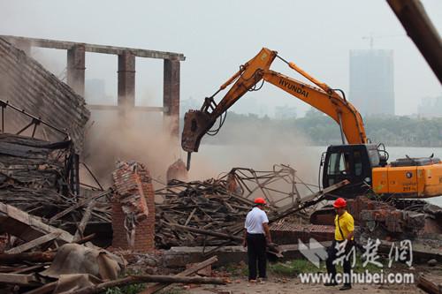 江汉二桥至六桥江滩清障启动 57年船厂拆除(组