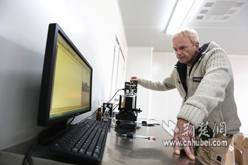 Peter在实验室对印刷板材进行检测
