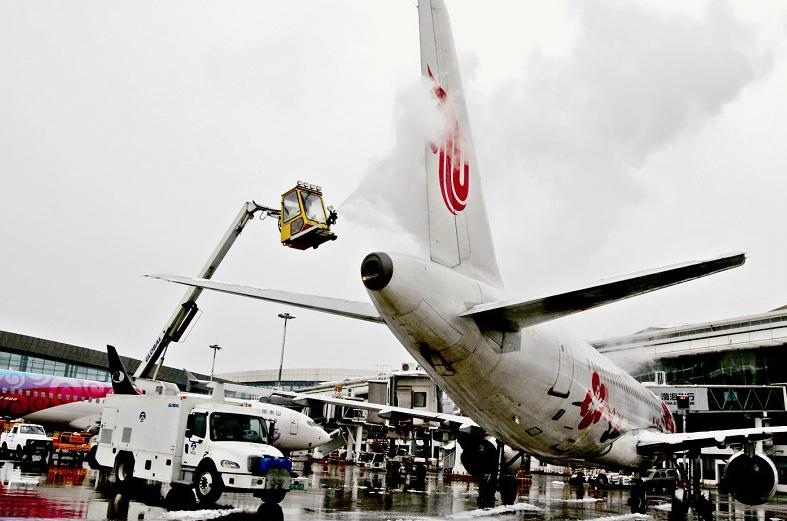 武汉天河机场给飞机除冰雪 保障航班正常运转