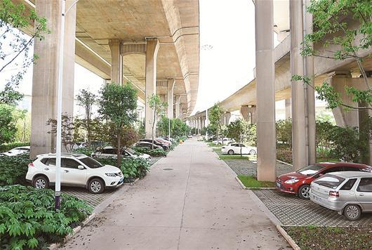 立交桥下建起生态停车场 武汉今年还将再建十
