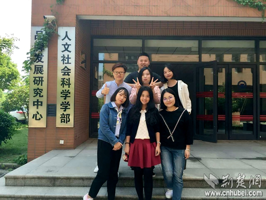 图为Acut团队和郑潇老师.jpg