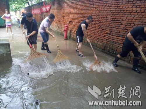 社区居民齐力清理积水.jpg