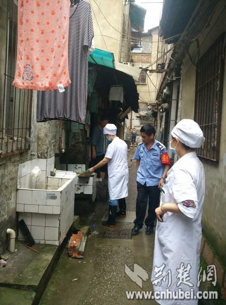 汉中社区医务人员到社区消杀2.jpg