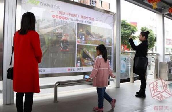 图为市民在看文化走廊展板