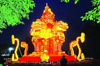 """21日晚,东湖风景区内,重达15吨的大型灯组""""雄狮贺岁""""试亮灯,让人叹为"""