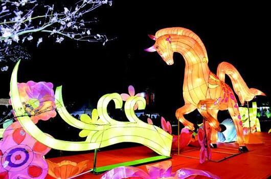 东湖灯会昨晚开幕 中国龙四面狮唱重头戏唐诗宋词皆成景