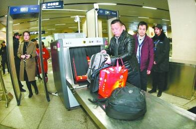 汉口火车站地铁站增设安检机应对高峰 5分钟可通过60人安检进站