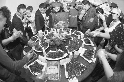 """吃货的福音!武汉食材电商节上演""""舌尖上的中国"""" 小龙虾随便吃"""