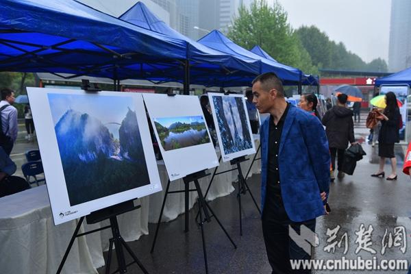 武汉市民在首发式现场欣赏神农架风光摄影展.JPG