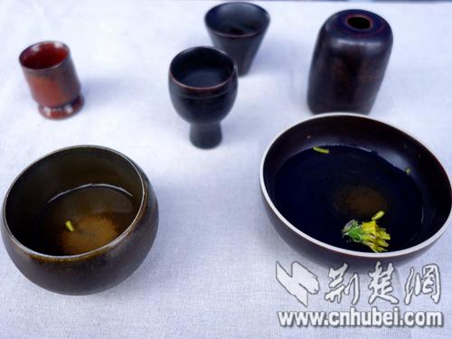 图为:学生利用陶泥烧制成的陶瓷。方启顺 摄.jpg