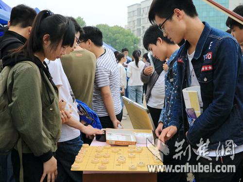 图为:学生正在进行象棋对弈。姜浩特 摄.jpg
