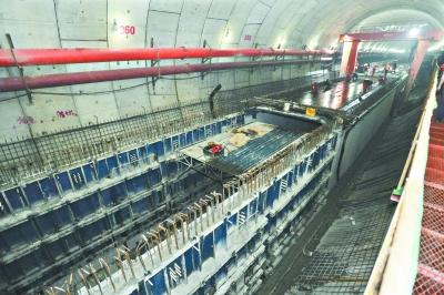 隧道内部结构紧随盾构同步施工,圆形隧道被分割成公路、地铁、管廊、烟道等多个空间。图中方形空间内部就是地铁通道,其顶部加宽至隧道两壁后就成为公路路面记者李永刚 摄 长江日报记者4月19日从武汉地铁集团获悉,公铁合建的三阳路长江隧道右线盾构机目前已破洞而出,顺利抵达汉口接收井。记者日前来到地铁三阳路长江隧道项目部实地探访,武汉地铁集团二级项目经理倪正茂说,三阳路长江隧道是一项超级工程,在掘进过程中武汉地铁一举攻克了世界级难题。 复杂地质让盾构机一天只能掘进2米 倪正茂说,三阳路长江隧道是世界上首座公铁合建的