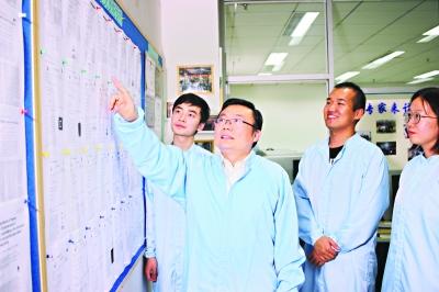 记者夜探武汉光电国家研究中心科研团队 下一代存储芯片比现在快1000倍