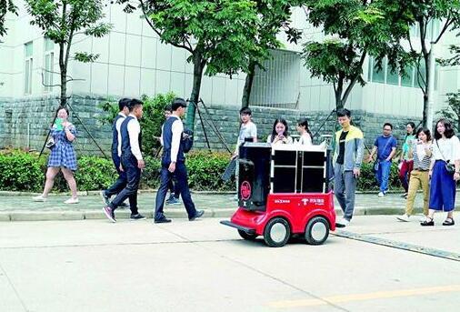 江城出现快递配送机器人 一个机器人能顶两个快递员