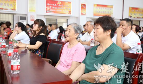 社区居民在认真聆听先进事迹报告 摄影:肖满.jpg
