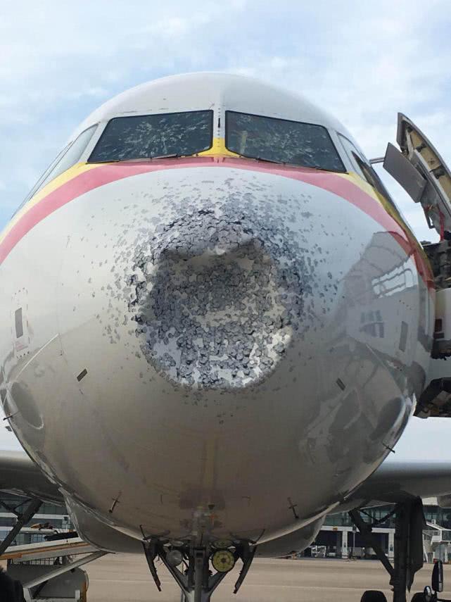 天津航空客机近万米高空遭雹击 风挡被击裂气象雷达失效备降武汉