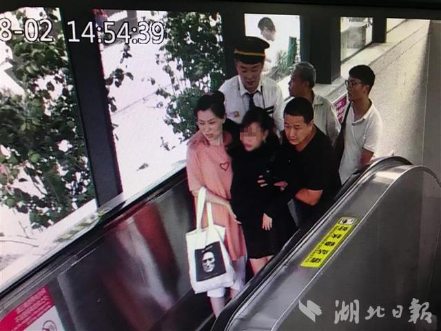 武汉王家湾地铁口一孕妇产下女婴 市民围人墙帮忙接生