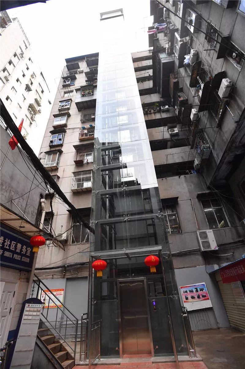 盼了20多年!136户居民凑了85万给武汉这幢老楼装上了观光电梯